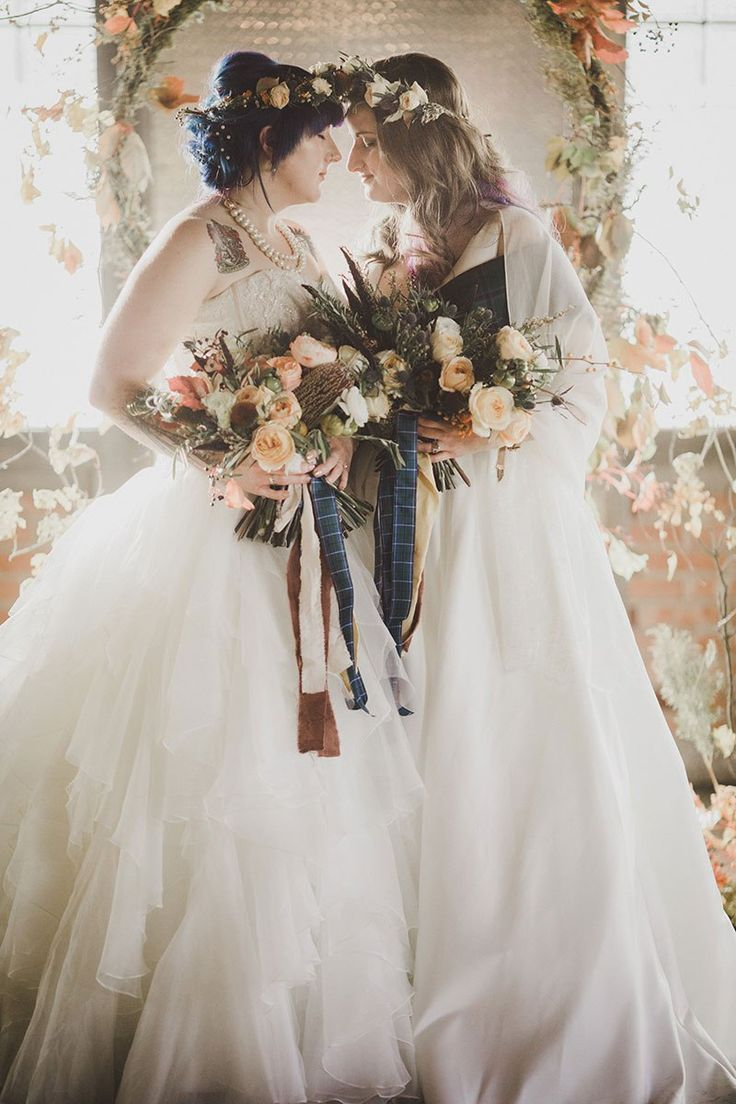 An Autumn witch lesbian wedding with tarot, tattoos, and beer | Offbeat Bride