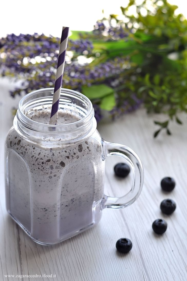 Smoothie di mirtilli con latte di mandorla http://www.zagaraecedro.ifood.it/2017/06/smoothie-di-mirtilli.html