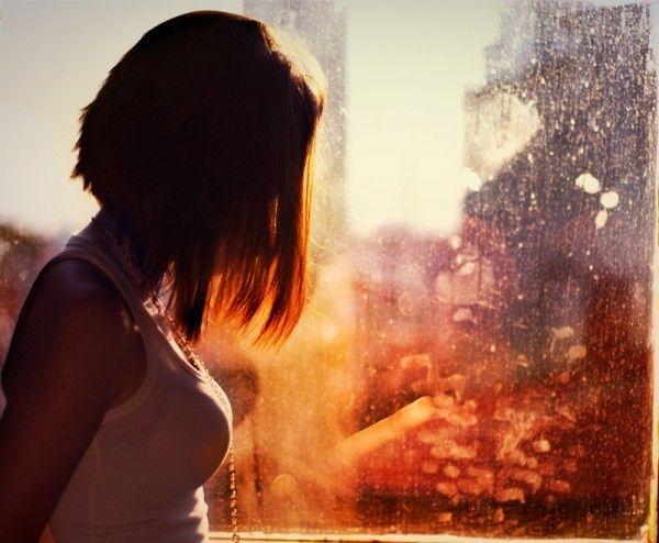Рыжая девушка у окна в белой рубашке фото 428-286