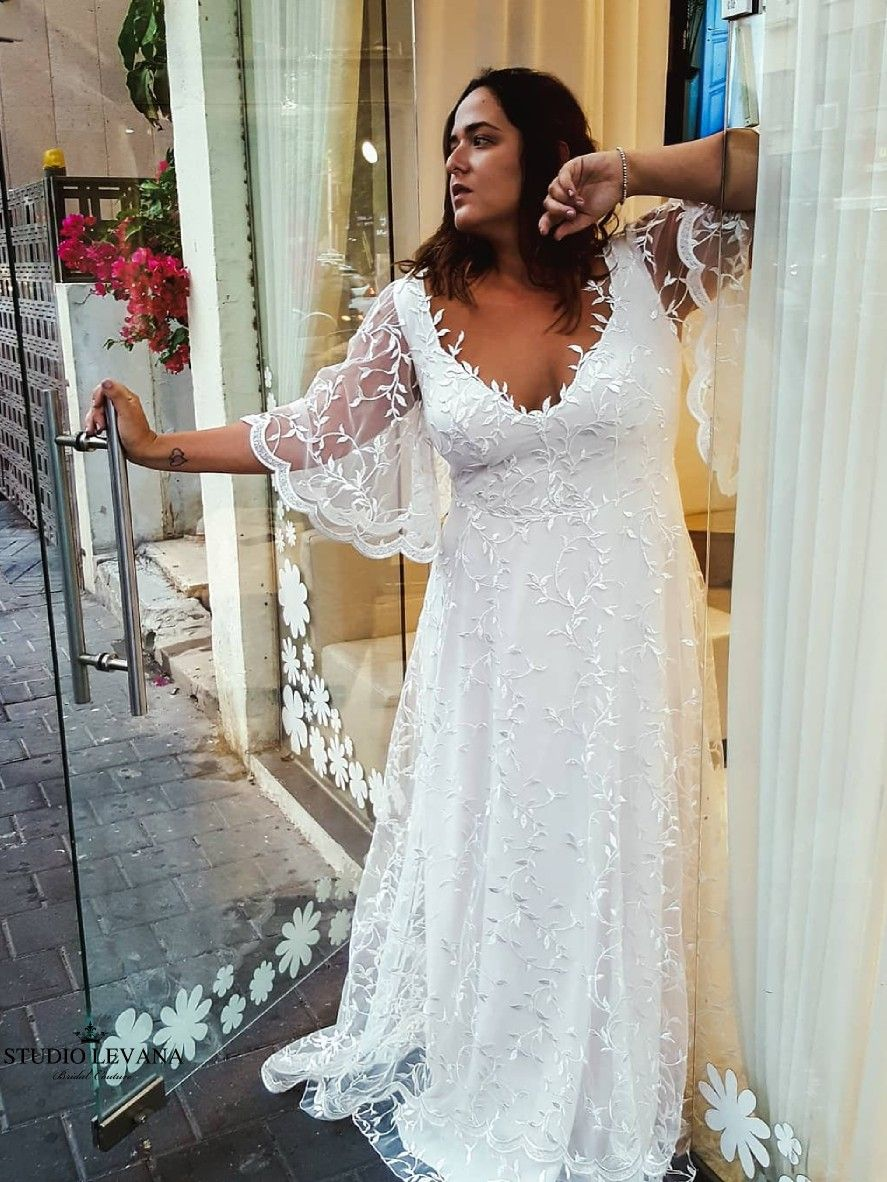 Beautiful Flowy Plus Size Wedding Dress With Flutter Bell Sleeves And Gorgeous Leaf Patt Curvy Bridesmaid Dresses Wedding Dresses Lace White Lace Wedding Dress [ 1182 x 887 Pixel ]