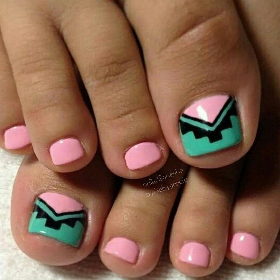 Lindos pies en color rosa y diseño tribal en la uñita grande.