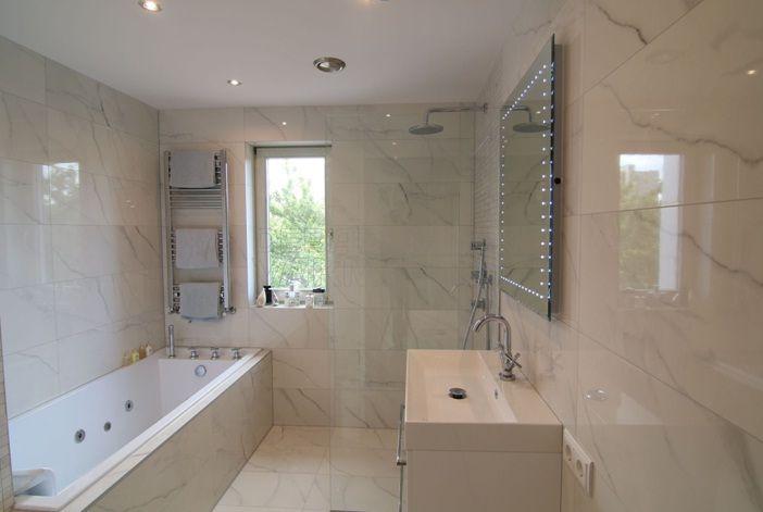 Badkamervakman is gespecialiseerd in complete badkamer renovaties inmiddels hebben wij meer dan - Model betegelde badkamer ...