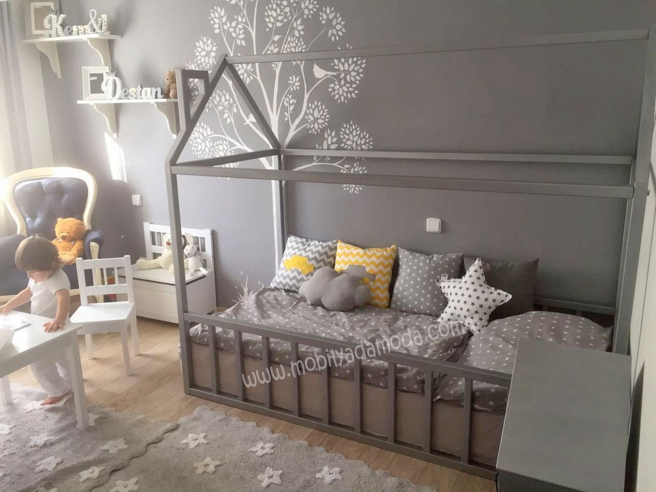 Cameretta Neonato Montessori : Montessori ev Çatılı yer yatağı bacalı colori stanze stanza di