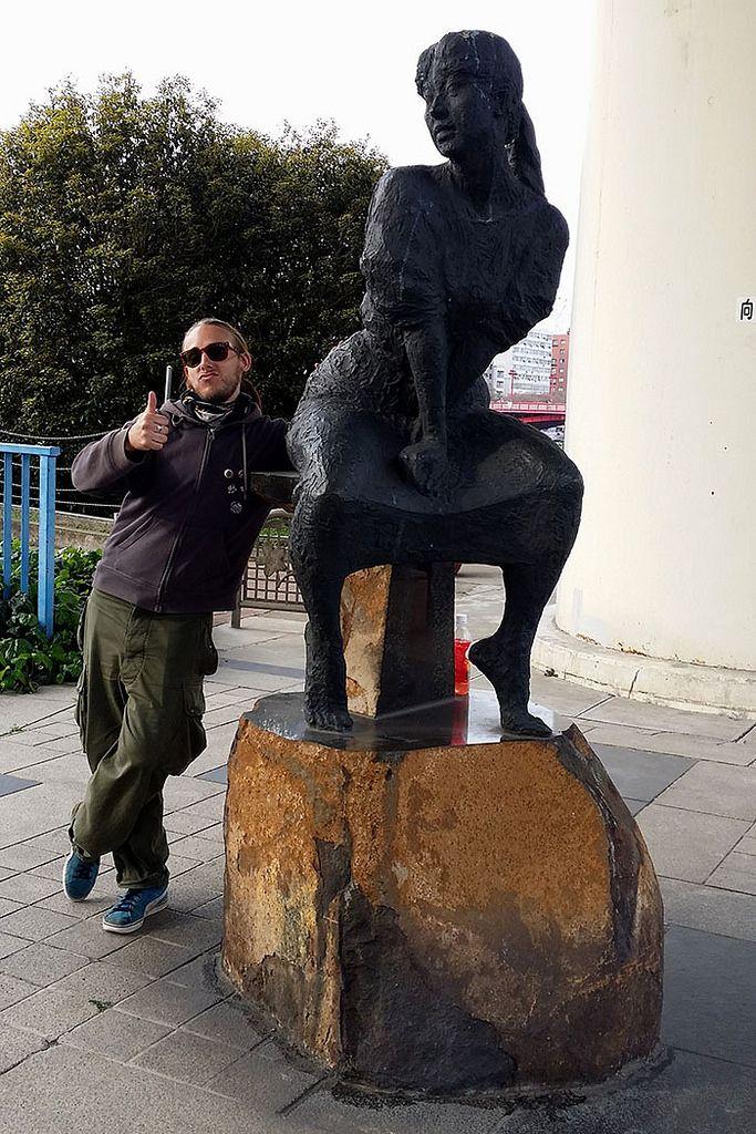 https://flic.kr/p/nnEaJA | Etrange statue... | Etrange statue...   --- TERATOIID T-shirts / Linogravure / Petite série / Coton bio. www.teratoiid.com www.teratoiid.over-blog.com