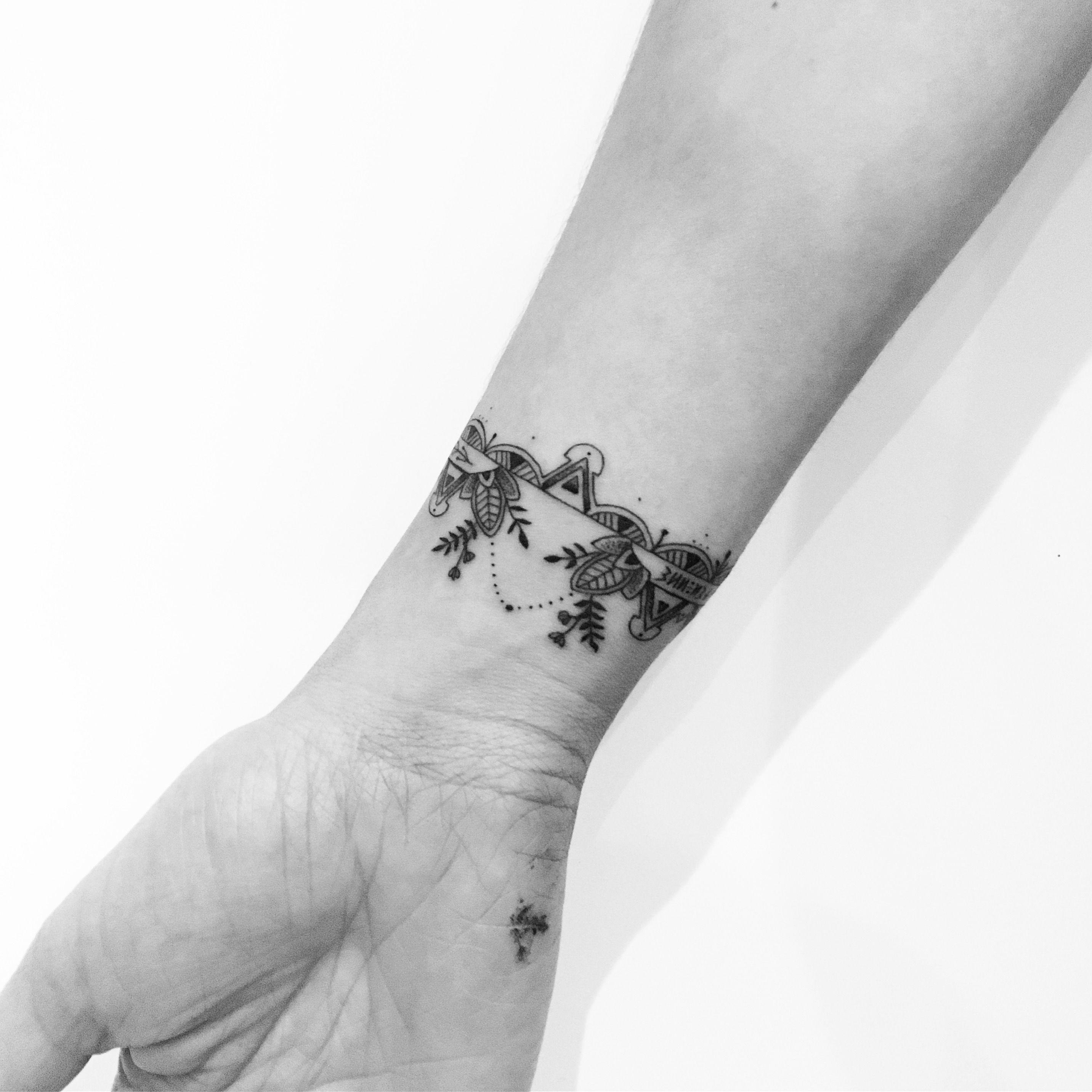 #carinsilverat @lesmauxbleus #mandala #tattoo #fineline #fineliner #fineliner #tats #tattooparis #paris #ink #inked #instaink #inkedlife #instagram #bw #blackwork #blackworkers #blackandwhite #blackworktattoo #instatattoo #instainked #tatouee #tatouage #flowertattoo #lemarais #flowers #fleurs #bracelettattoo #bracelet