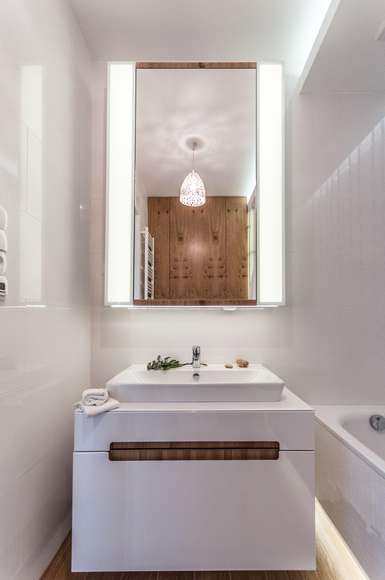 Biała łazienka ocieplona drewnem