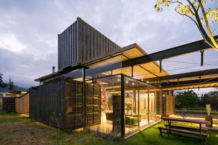 Bardage métallique, façade vitrée et design moderne–maison en conteneur