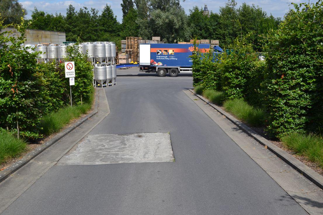Je kan met de wagen (of te voet) verder rijden richting parking en ingang. Voor de wagens is er een ruime parking voorzien.