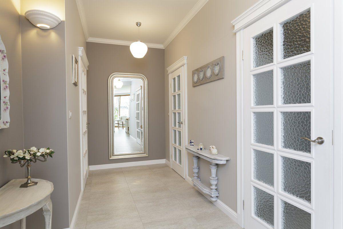 Couloir Gris Et Blanc Idees Deco Et Conseils Pour Un Couloir Moderne Hallway Decorating Black Interior Doors Doors Interior