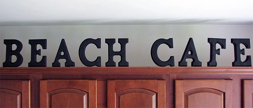 Uma idéia DIY fácil de decorar acima armários de cozinha com letras de madeira Beach Cafe