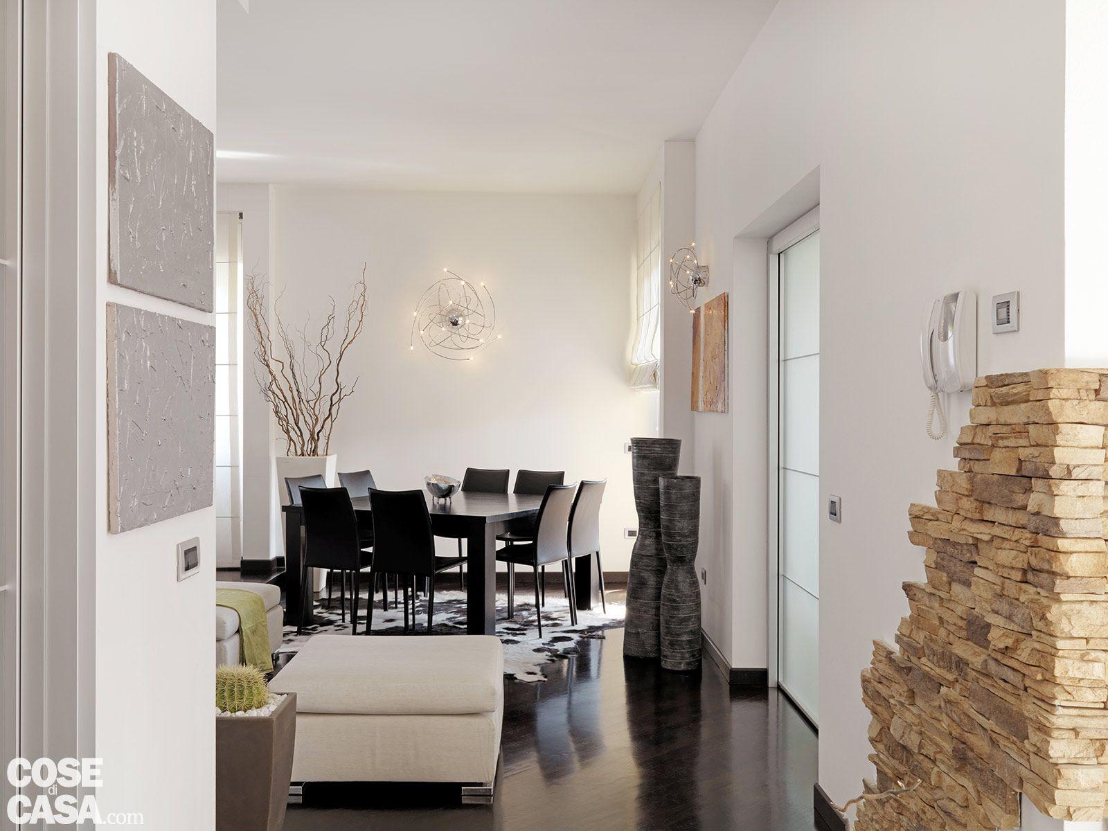 Una casa moderna su livelli sfalsati sedie tavolo e terra - Rivestimento cucina finta pietra ...