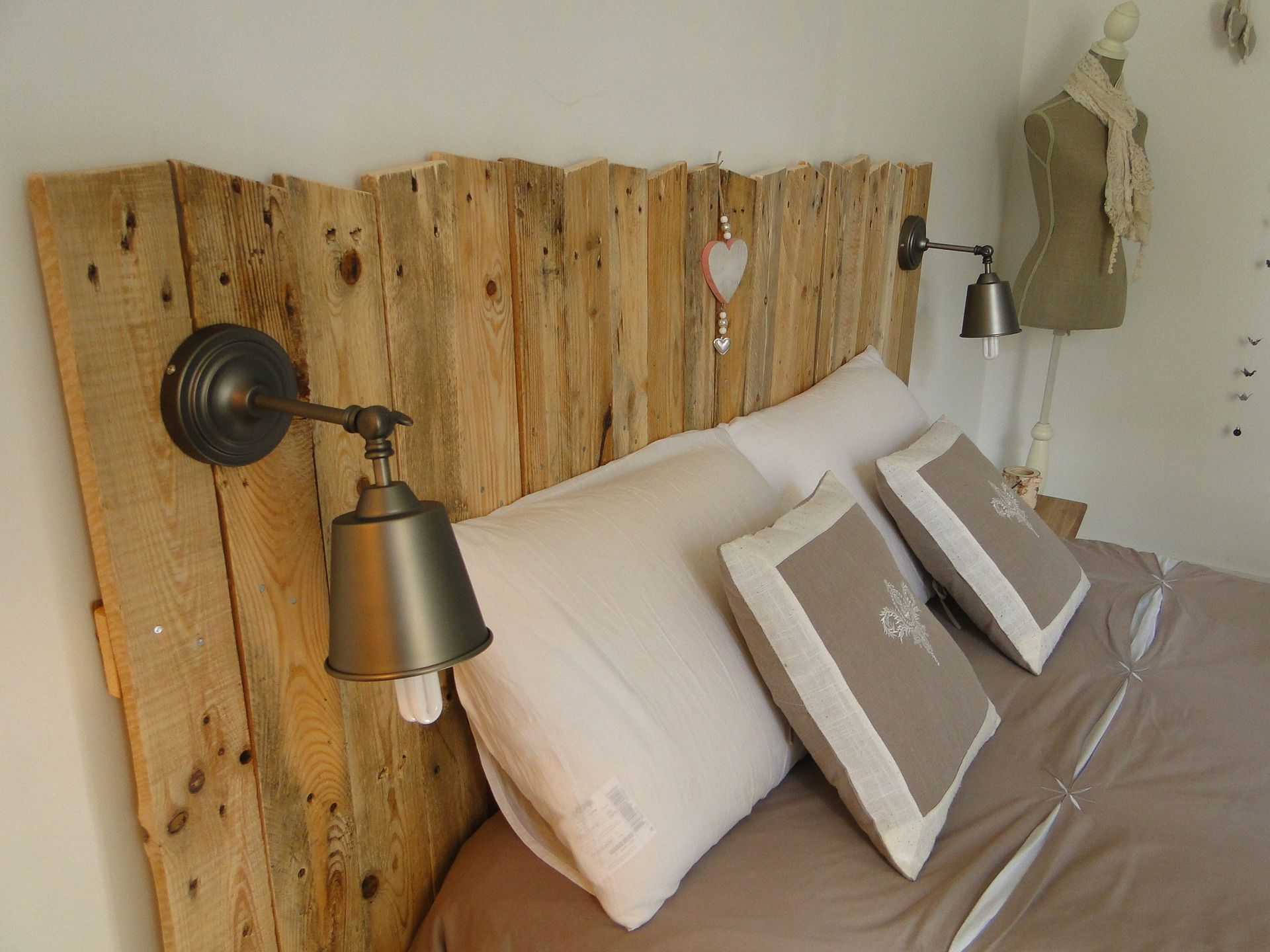 t te de lit en bois avec luminaires meubles et. Black Bedroom Furniture Sets. Home Design Ideas