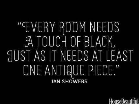 Minst något svart och något antikt i varje rum, i uppe TV-rum är TVn svart och lådan med raggsockor antik. I sovrummet är gaveln vi ska använda antik men inget svart än osv