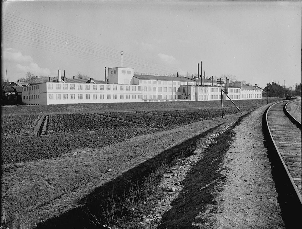 Kustaa Merilä perusti v. 1898 Suomen polkupyörä- ja konetehtaan, joka myöhemmin tuli tunnetuksi K.E. Merilän polkupyörätehtaana. Polkupyöriä ryhdyttiin ensimmäisenä Suomessa valmistamaan teollisesti juuri näissä tehdastiloissa v. 1904. Yhtiön toiminta loppui Kustaa Merilän kuollessa v. 1961.  Kiinteistöyhtymä Kirkkotie 10:een laadittiin v. 1972 muutospiirustukset erilaisten toimintojen sijoittamiseksi rakennukseen. Tehdasrakennuksessa toimi tuolloin 13 eri yritystä: taidetakomo…