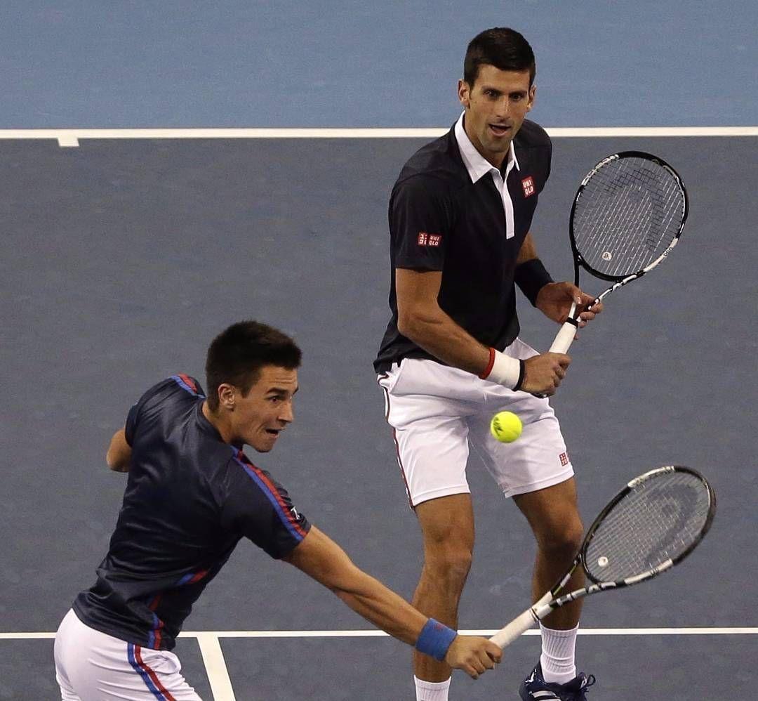 Djordje Djokovic de Serbia (izquierda) realiza un retorno