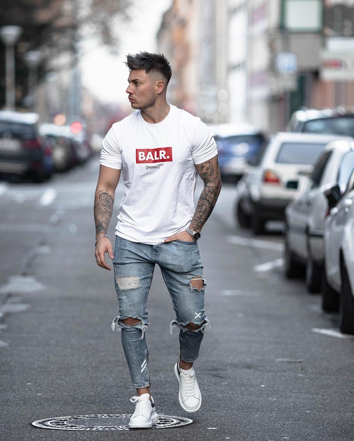 caba22487e7 Look masculino com calça jeans skinny destroyed e camiseta branca. Vejam e  conheçam outros modelos de calça jeans masculina no blog Marco da Moda -  Foto  ...