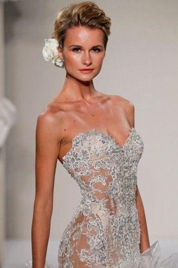 Abito da sposa particolare pizzo e cristalli. Vestito con cristalli  luminosi. bb44efc6752