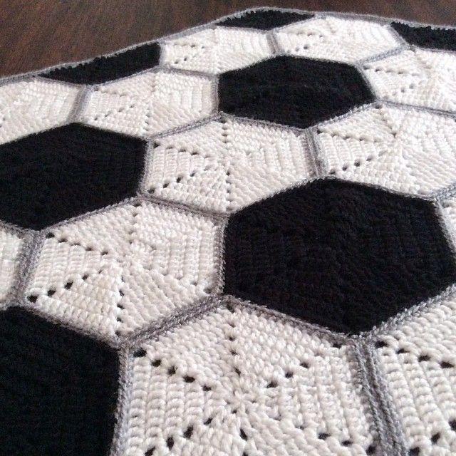 Cobija para bebés tejida a crochet con diseño de pelota de fútbol ...