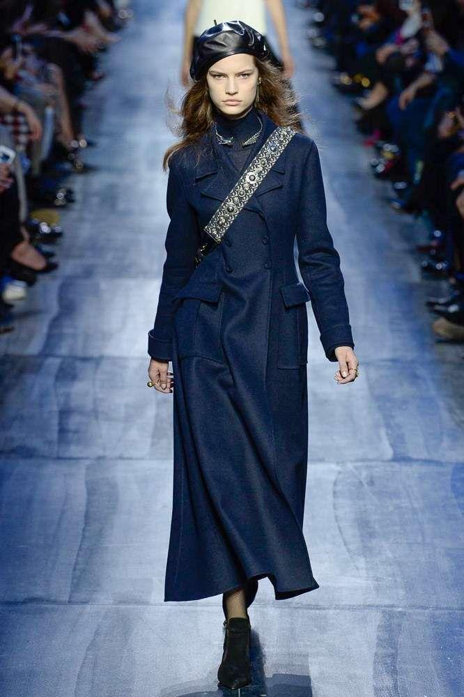 a5ae4d2b7b Collezione Dior Autunno-Inverno 2017-2018 - Cappotto lungo blu Dior ...