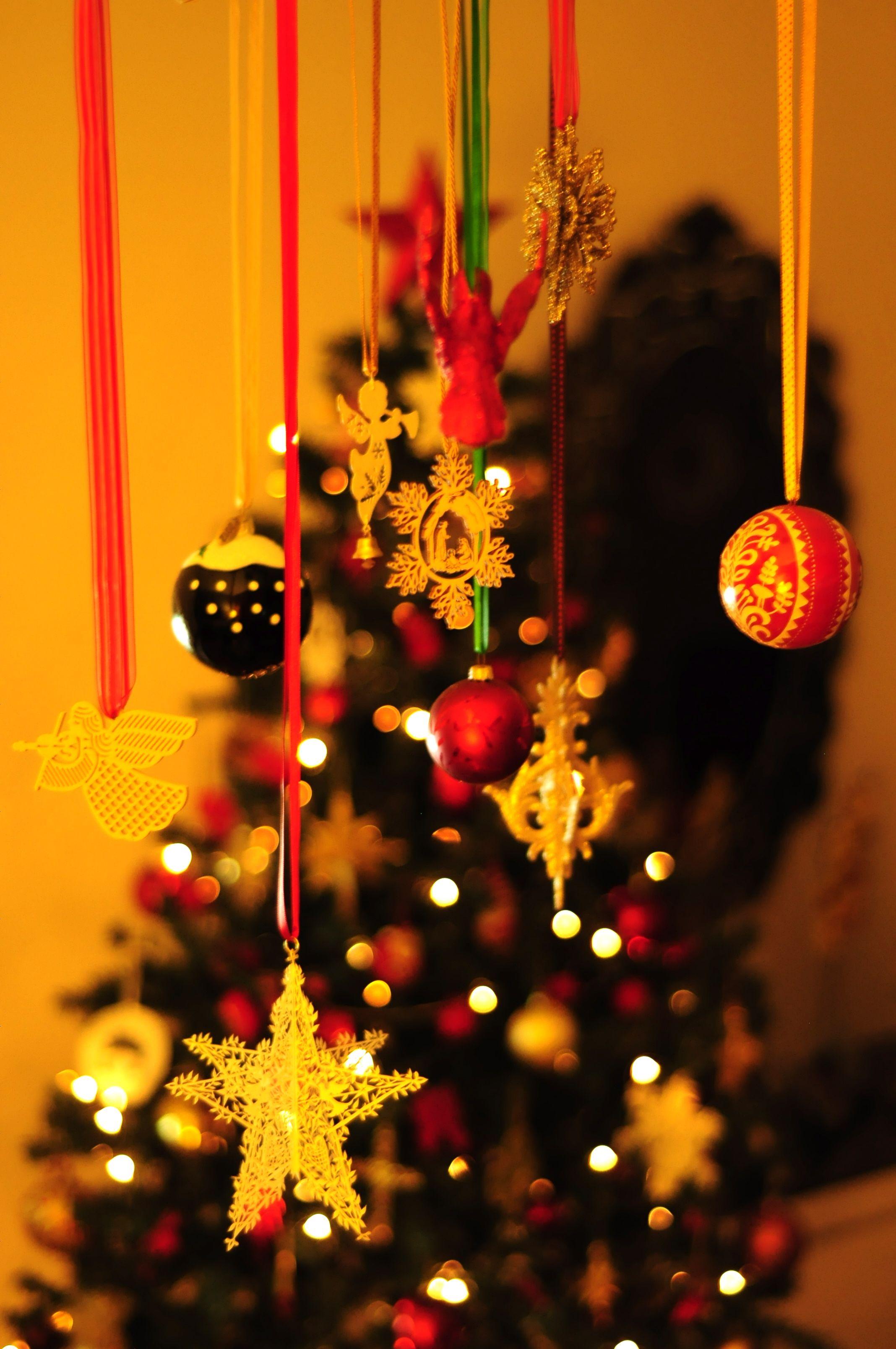 enfeites pendurados com fitas no lustre incrementam a decorao natalina