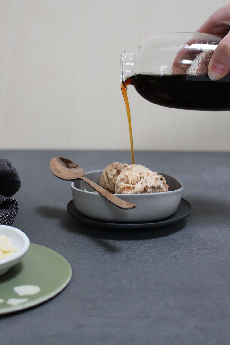 Voor een toetje is er altijd nog ruimte. Al helemaal voor een bolletje ijs met zelfgemaakte koffiesiroop en geschaafde amandelen.