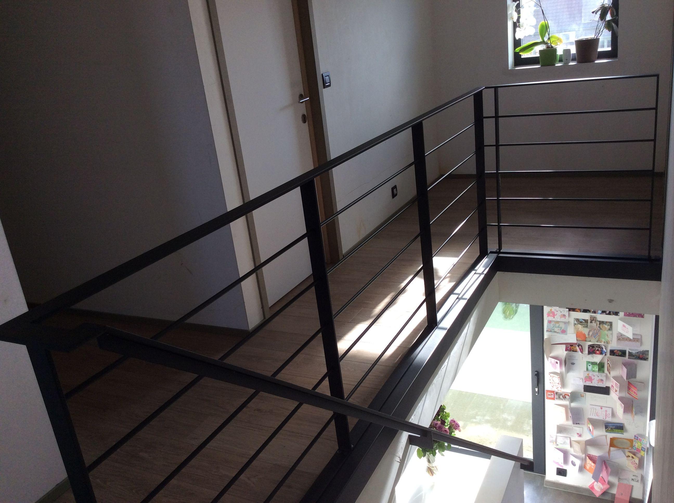 Metalen trap zaagmodel in zwartgrijze textuurlak met eikenhouten treden met onzichtbare - Railing trap ontwerp ...