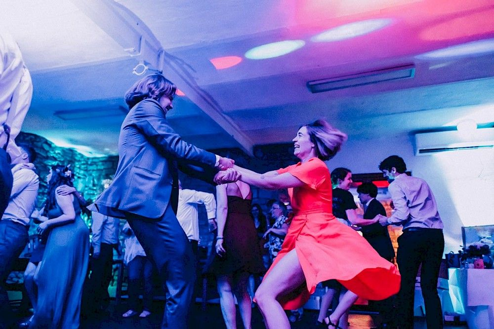 Lady In Red Beim Ausgelassenen Tanz Hochzeitsparty Tanz Kleid Freude Hochzeitsfotograf Trauzeuge Hochzeit Party