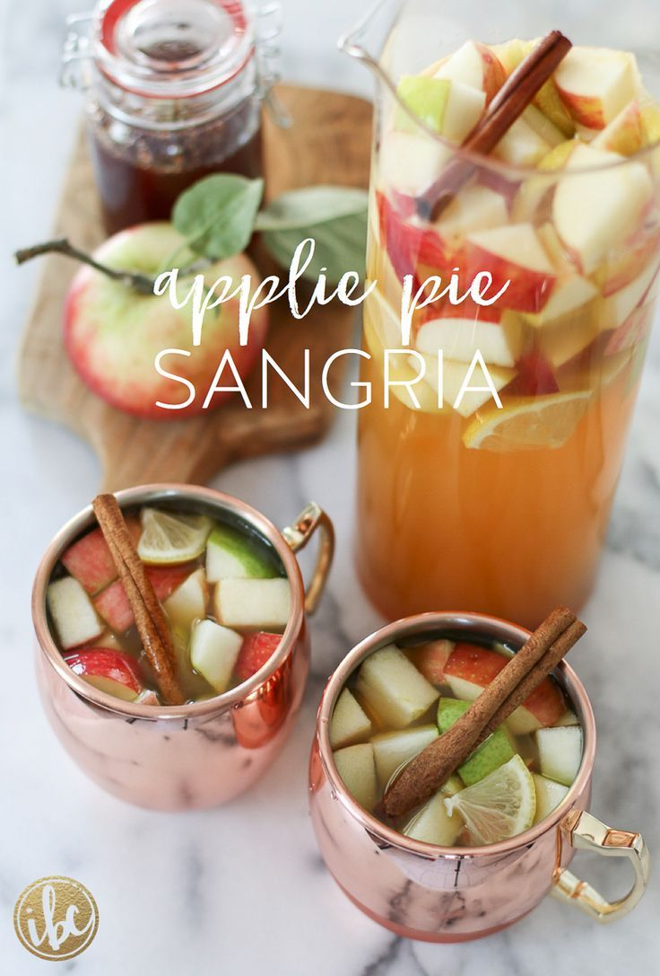 Delicious Apple Pie Sangria cocktail recipe for Fall! #sangria #applepie #fall #cocktail #fallsangria #apples #falldrinks