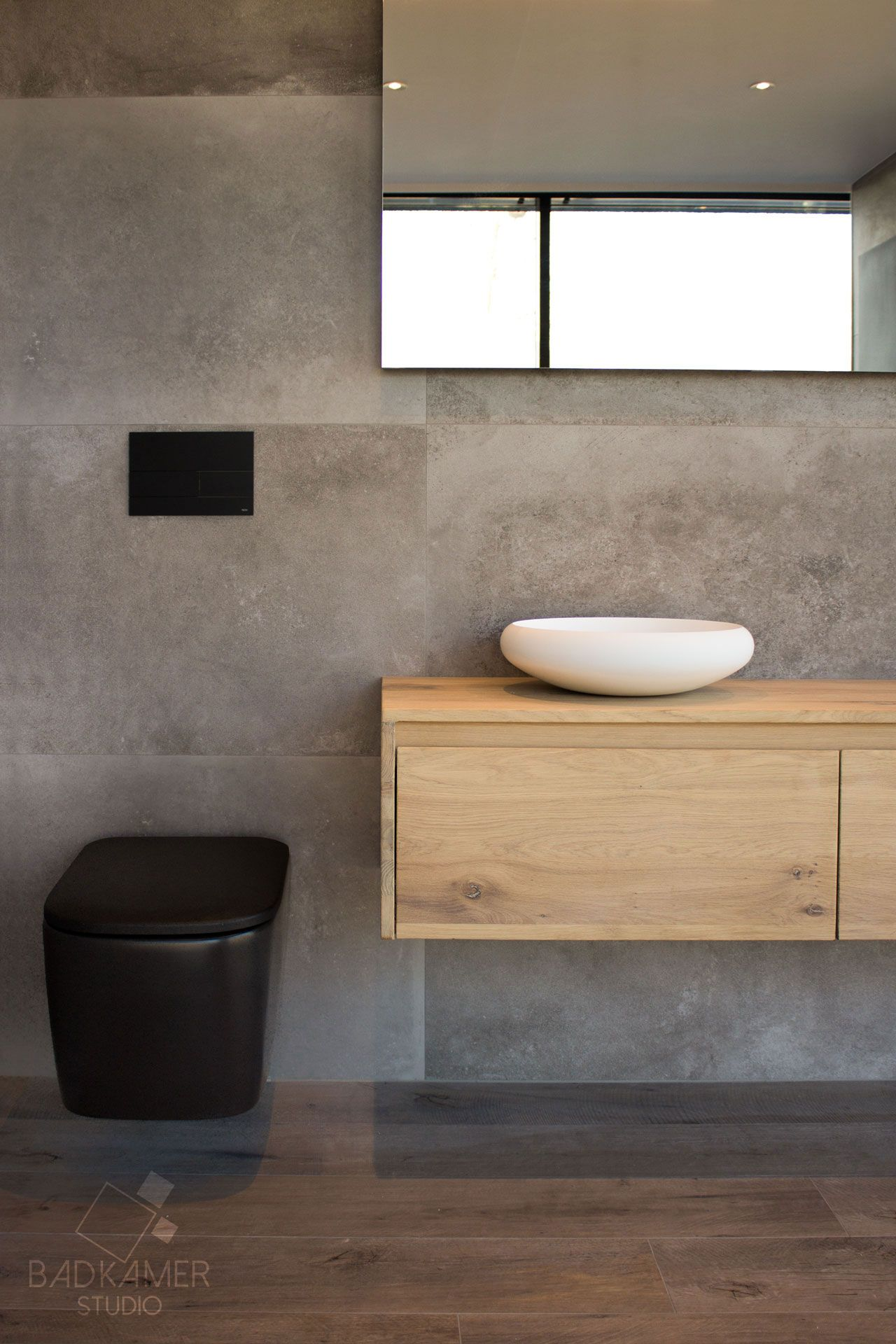 robuuste maatwerk badkamer deze badkamer voelt warm aan door de houten vloer en het eikenhouten