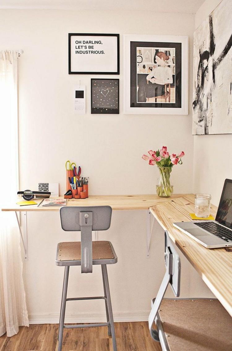 fabriquer un bureau mural en bois clair avec chaises hautes grises et deco murale collages