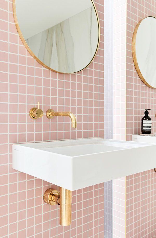 Carrelage rose, miroir rond en laiton, vasque blanche suspendue et