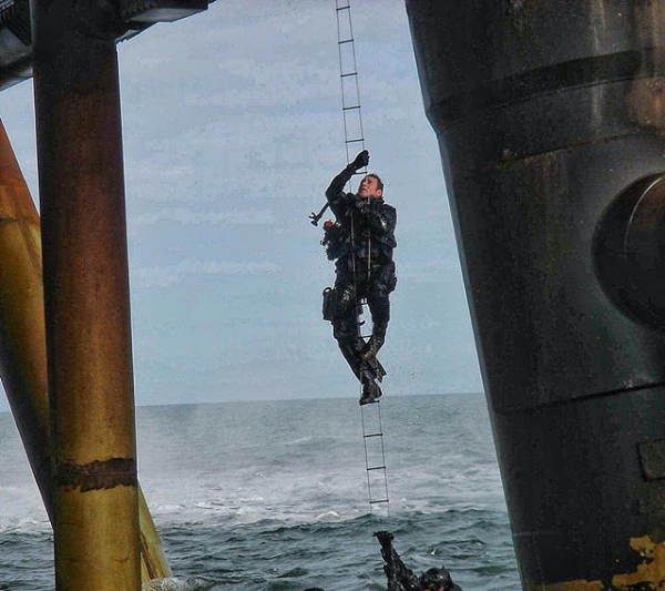 [600 x 533] Former SBS member Jason Fox accessing an Oil