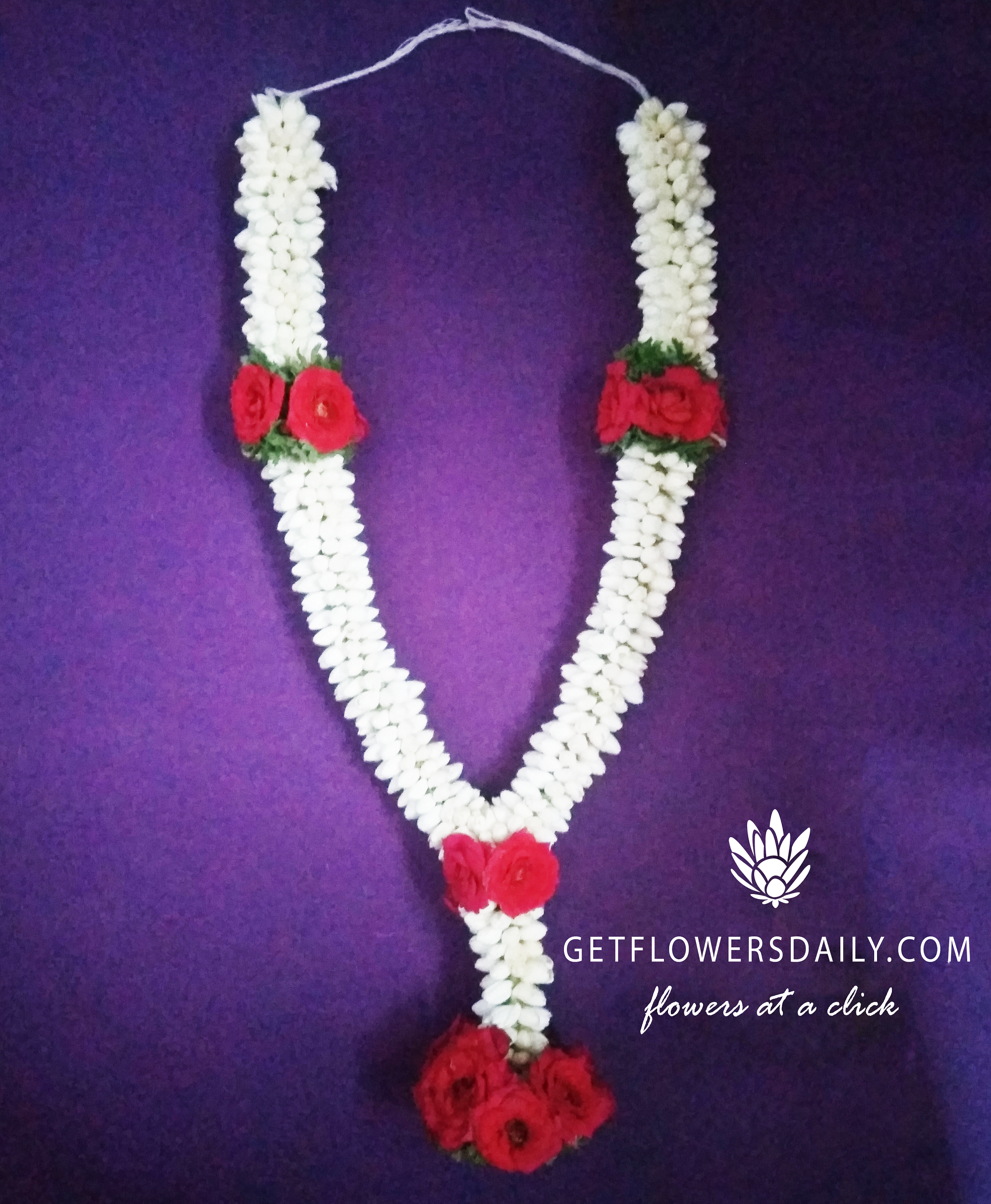 Jasmine Garlands With Apple Rose Flowers Embedded In Them Are Widely Used As Kalyana Malai In South Indian Wedd Online Flower Delivery Apple Roses Rose Flower