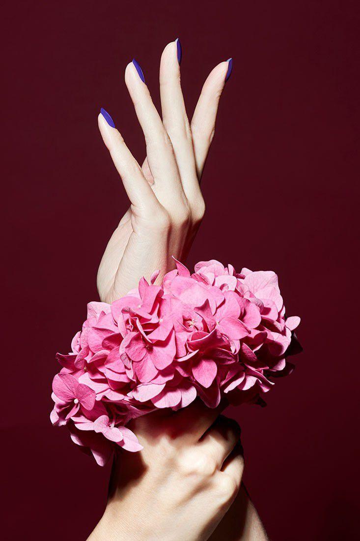 CARINA JAHN präsentiert Maniküre Tipps in der ELLE Hochzeit und sommerliche Beauty-Editorials mit Blumen Arrangements Büro Accessoires und filigranen Tüchern - News - GoSee - 15/20