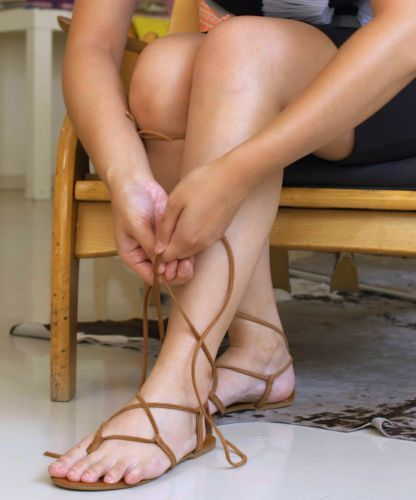 af94a0f94d76 How to tie your lace-up gladiator sandals so that they actually stay up