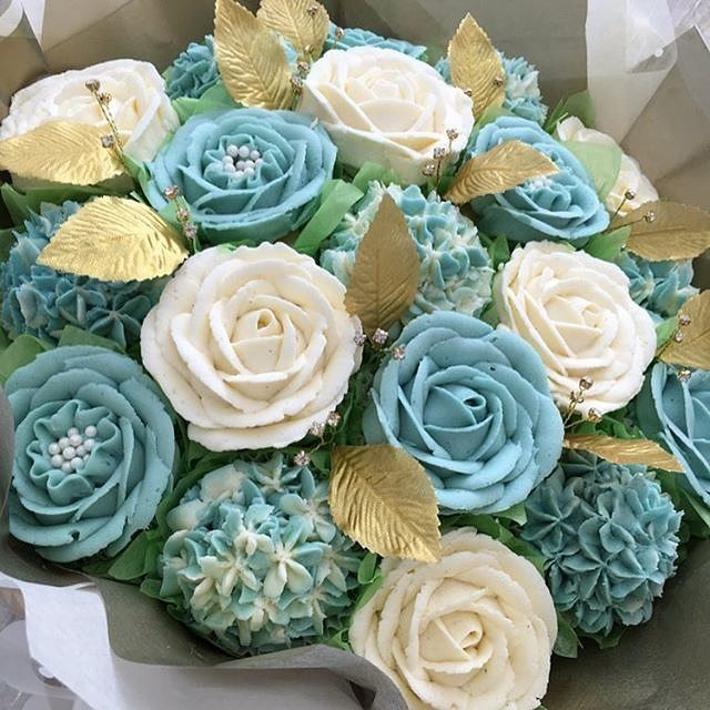 Cupcake glam serving up one sparkling edible flower and