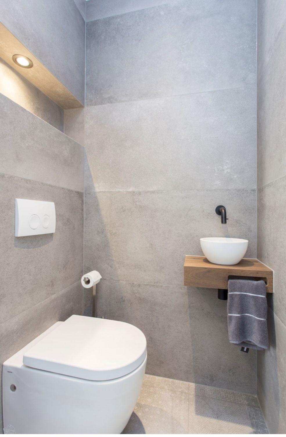 Lichtgrijze tegels #smalltoiletroom