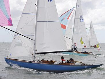 A spinnaker run against the tide show off the hull characteristics.