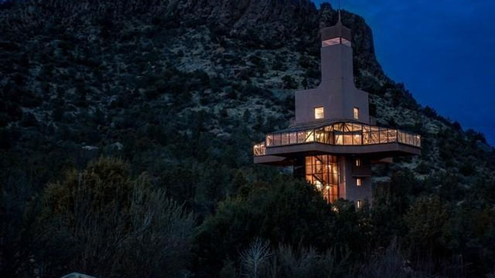 Incredible Falcon S Nest Home Is 10 Stories High With Images Tree House Castle In The Sky Cool Tree Houses
