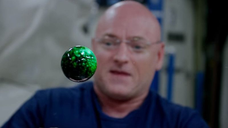 Astronaut Scott Kelly plays with food dye, Alka Seltzer and water in space. It's trippy af.