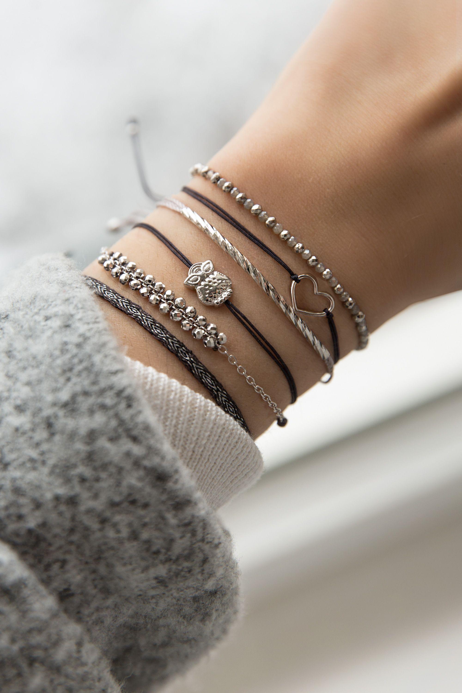 El estilo es una manera simple de decir cosas complicadas: nos encanta el peine de detalles plateados …