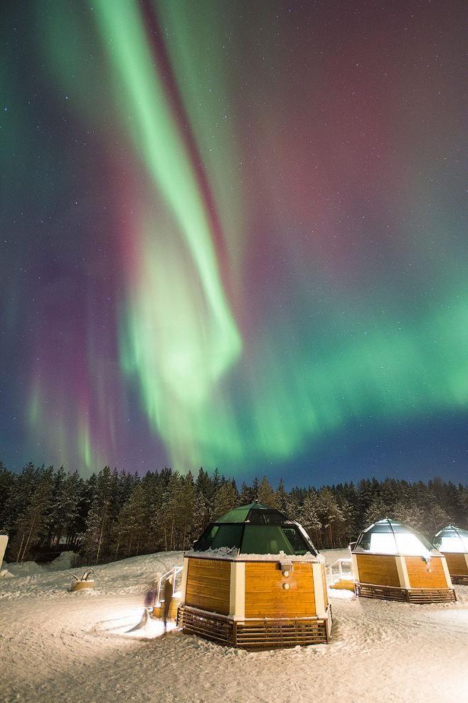Revontulten punainen sävy kertoo harvinaisen voimakkaasta aurinkomyrskystä.Finland