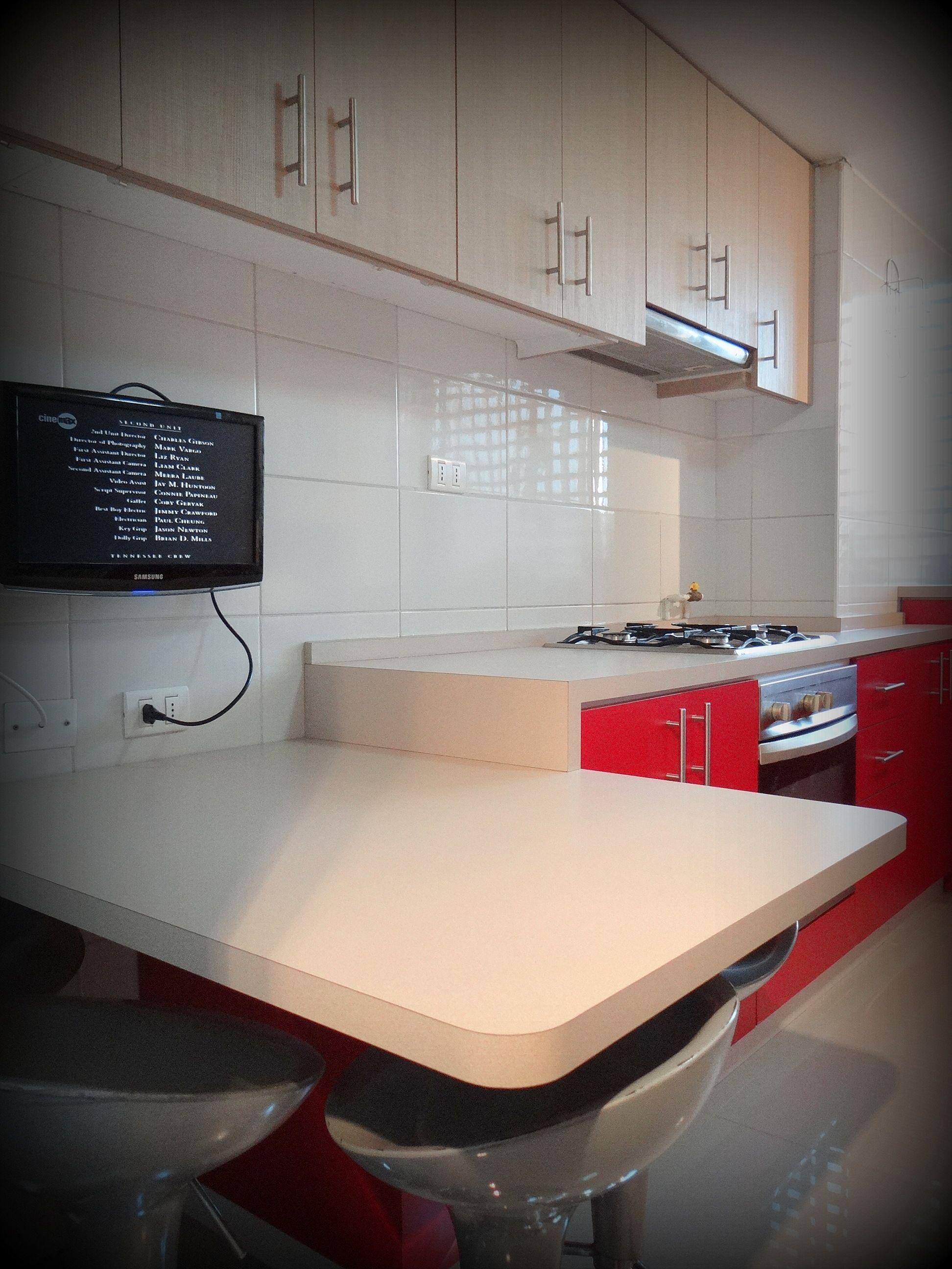 Cocina en duotono con mesa pen nsula y tv cocina roja y for Cocinas enchapadas