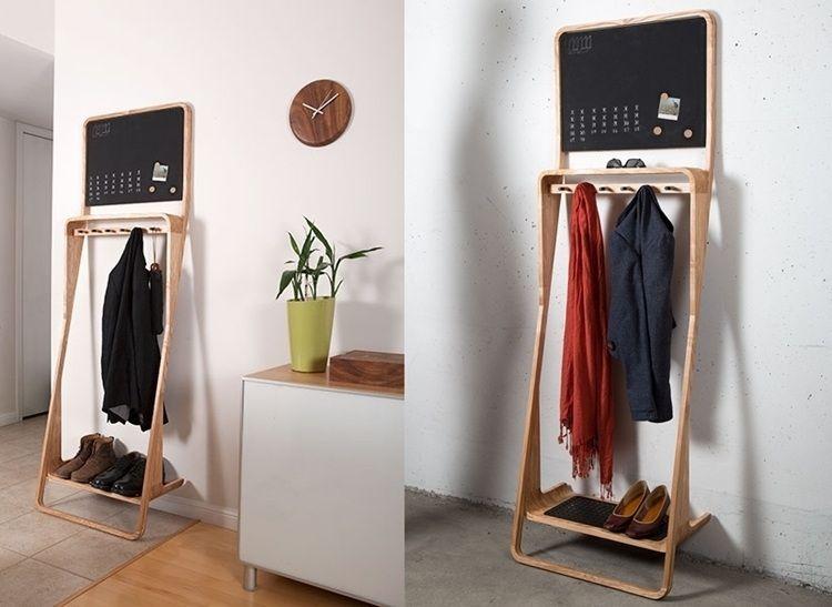 die Holz-Garderobe ist perfekt für einen kleinen Flur ...
