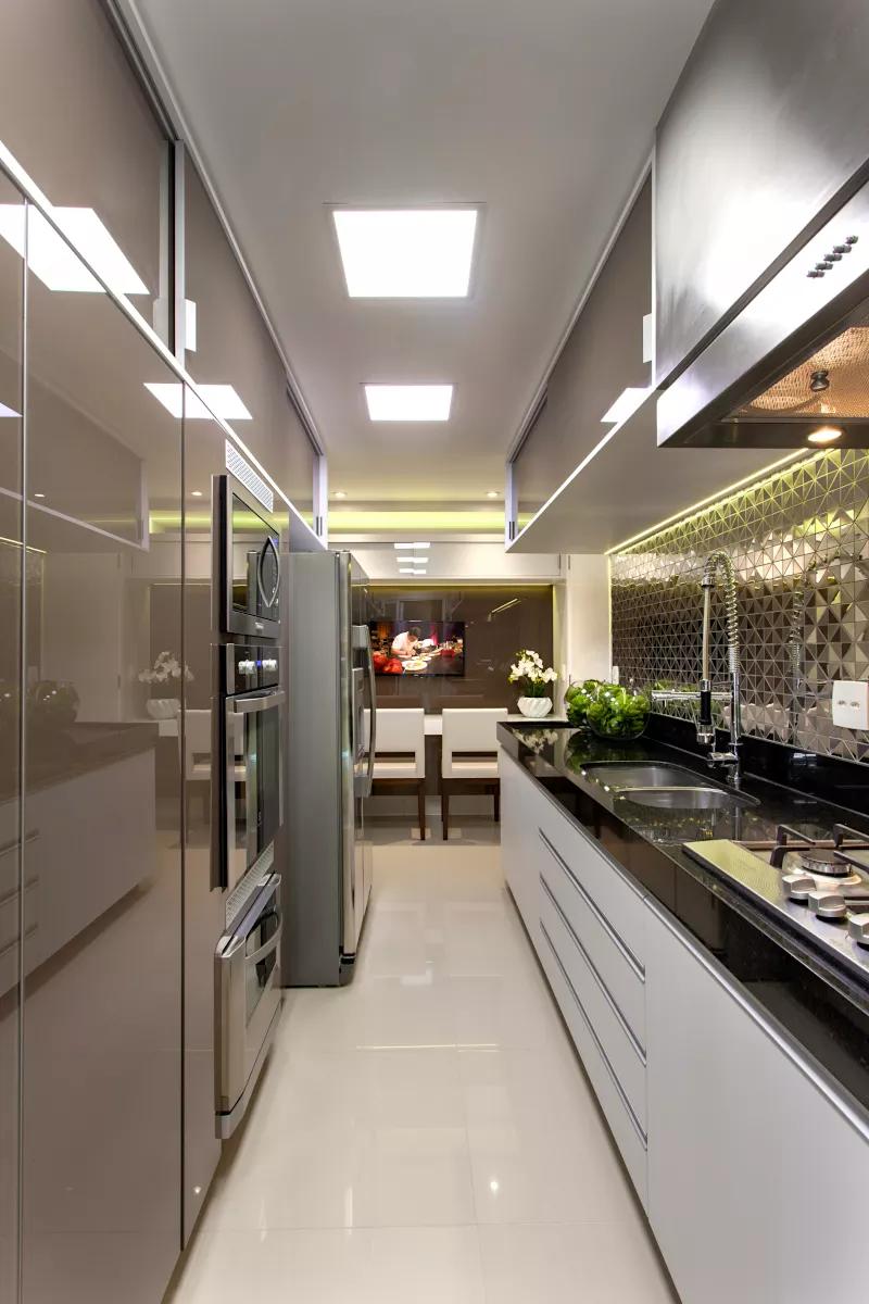 Sala com porta painel camuflando a entrada da cozinha e do home