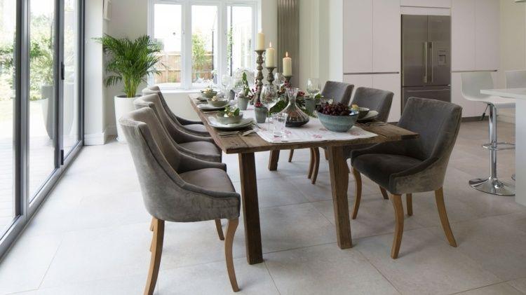 chaises grises de salle à manger avec table en bois