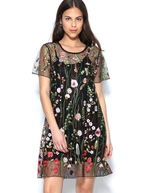 29ae1b1032 Espectacular vestido de tul totalmente bordado con diseño floral multicolor  combinado con alegres mariposas que revolotean en un jardín de ensueño.