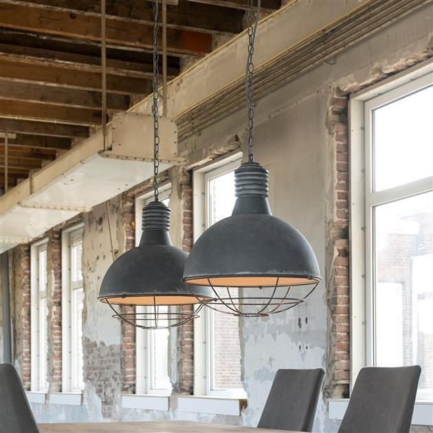 Deze 2-lichts hanglamp is uitgevoerd in beton-look. De kappen zijn voorzien van een stoer raster, waardoor het licht op een bijzondere manier op de tafel schijnt. De lamp is mooi afgewerkt met een grijze stroomkabel van textiel en stoere kettingen. De base is gemaakt van hetzelfde materiaal als de kappen.