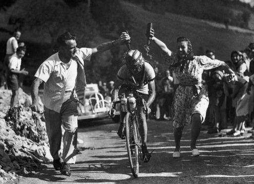 Seguidores del Tour de Plomo con Jean Robic, el Trompe-la-mort, el engañamuertes, el pequeño escalador que en las cumbres se cargaba de plomo para bajar más rápido.