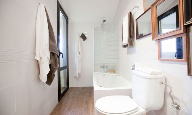 Si queréis modernizar el baño sin hacer obras, no os perdáis este ejemplo de Decogarden. Veremos cómo actualizar al decoración del baño de manera sencilla.